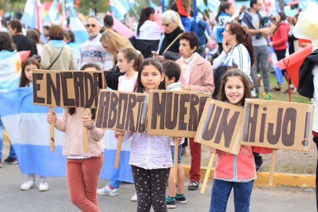 Las niñas posan para la foto en la marcha del10 de junio del año pasado. Archivo.