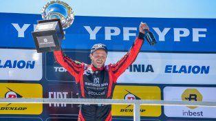 El festejo del piloto en el podio.