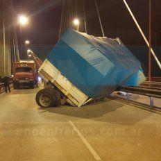 Se desprendió el acoplado de un camión y bloqueó el paso por un puente entrerriano