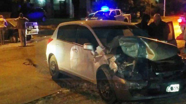 Chocó su auto contra un vehículo estacionado y debió ser trasladado al hospital