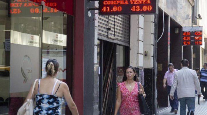El dólar quiebra un nuevo récord: se vende a $ 43,56