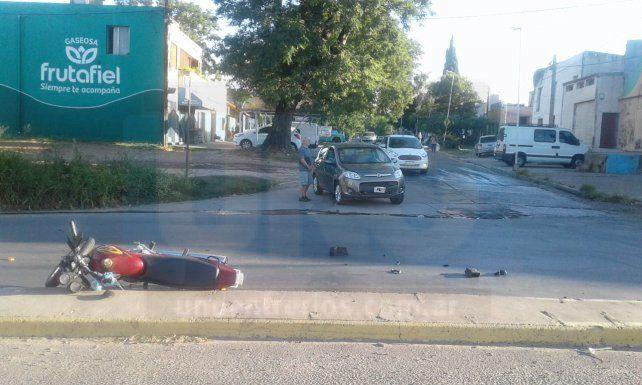 Conductor de 80 años se encandiló y chocó violentamente a un motociclista
