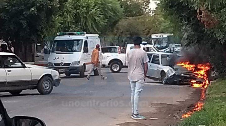 Choque frontal entre dos autos Peugeot 504 en calle República de Siria y Basualdo