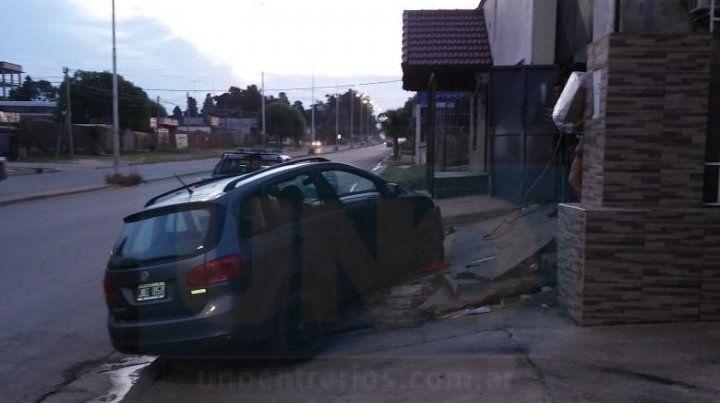 Adolescente de 17 años conducía un auto y chocó a una madre y a su hijito