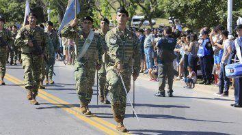 aplausos y mucha emocion en el desfile en honor a los veteranos de malvinas