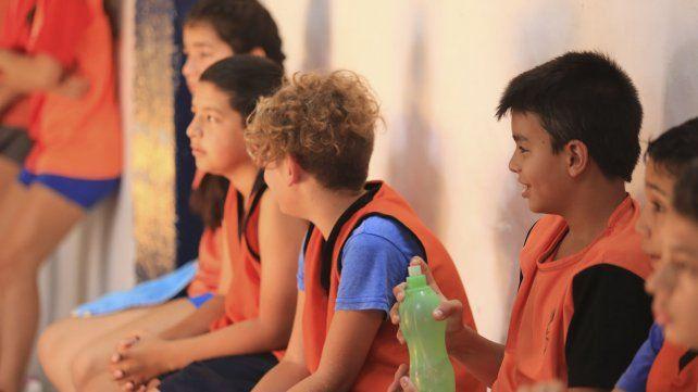 Los chicos de la Escuela Municipal esperan por su turno.