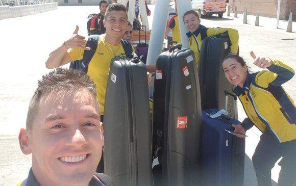 Los deportistas colombiano sonríen al salir del aeropuerto.