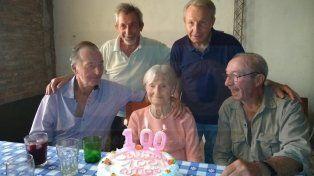 100 añitos. Los familiares homenajearon a Verónica.
