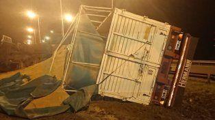 Un camión cargado de arroz volcó en la autovía Gervasio Artigas