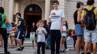 Santino en la puerta de la Casa de Gobierno de Entre Ríos luchando por frenar el cambio climático.