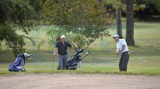 Palo y a la bolsa. La cita golfística reúne a 25 parejas de profesionales y 10 de aficionados.