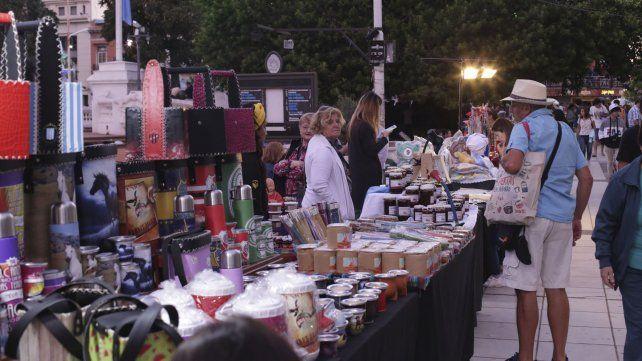 Compradores en la plaza.