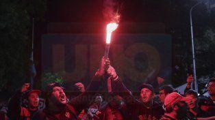 Hinchas de Patronato alentaron al plantel en la previa al partido ante Argentinos