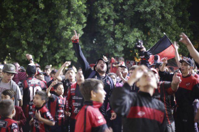 Una multitud llega al Grella para acompañar a Patronato en la gran final