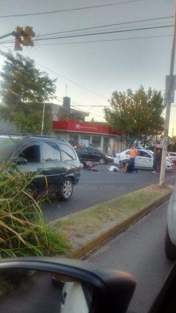 Violento choque. El motociclista quedó tendido inconsciente en el pavimento.