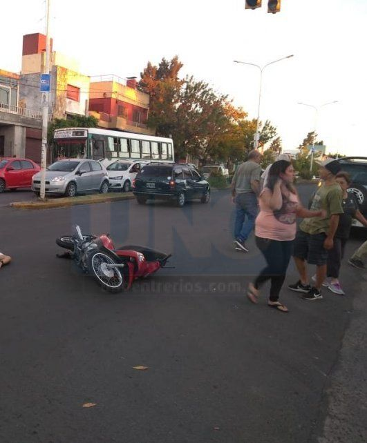 Un motociclista muy grave internado luego de ser chocado por un auto
