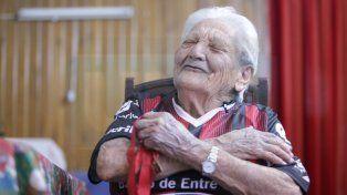 Doña Paula gritó los goles de Patronato con la camiseta firmada por los jugadores