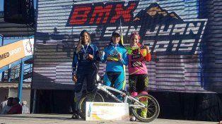 Mariana Pajón feliz en el podio con sus competidoras.