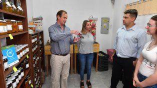 Visita. El gobernador y la ministra Stratta visitaron el local de la marca Tierra Nuestra.