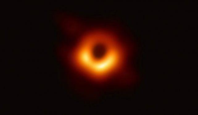 Esta es la primera foto de un agujero negro y así fue el proceso para obtenerla