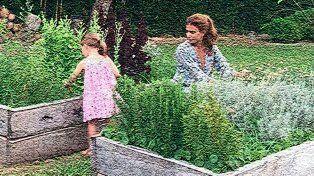 Juliana Awada y Antonia Macri en la huerta orgánica de Olivos