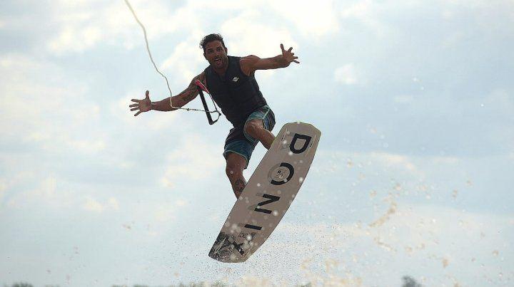 Renato tirando fantasia en el aire.