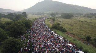 Buscando futuro. Los migrantes caminan por una carretera luego de haber salido de la ciudad hondureña de San Pedro Sula.