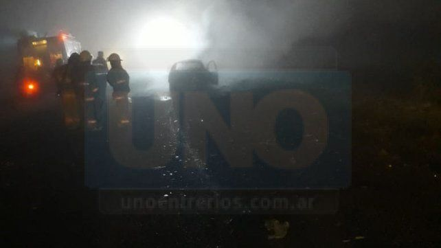 Un automóvil se consumió en llamas tras chocar a un camión con acoplado