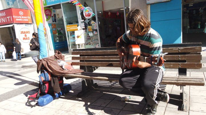 Kurt Cobain durmió en una carpa en la plaza y tocó en  la Peatonal