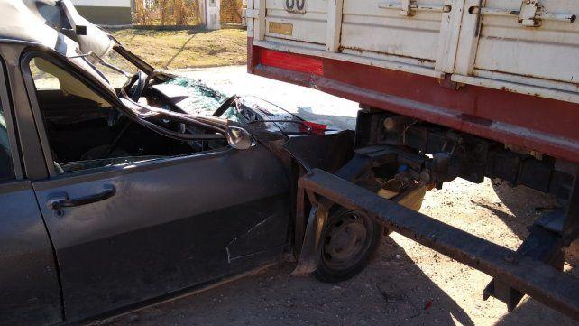 Por ir conversando con la hija, no vio un camión parado y lo chocó