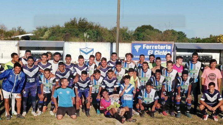 Los planteles de Sportivo Urquiza y Peñarol juntos en La Floresta.
