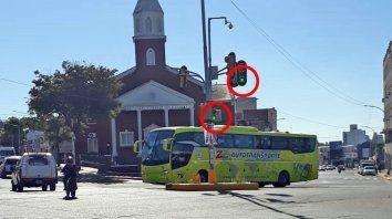 Los semáforos en verde y un colectivo que cruza las 5 Esquinas.