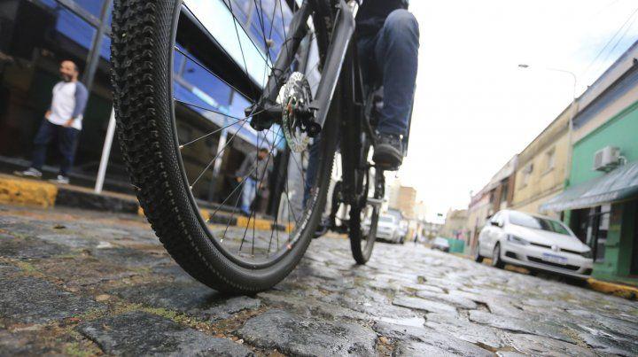 Un ciclista esperó que pare la lluvia en Paraná y volvió a pedalear.