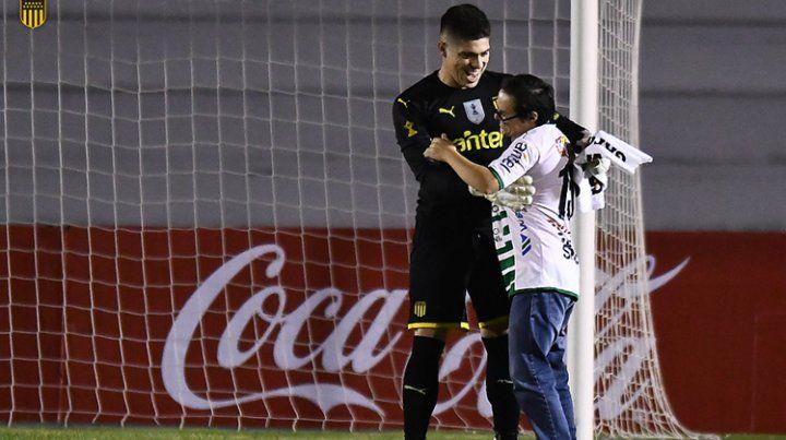 El arquero de Peñarol y un gesto emocionante con un hincha de Plaza Colonia