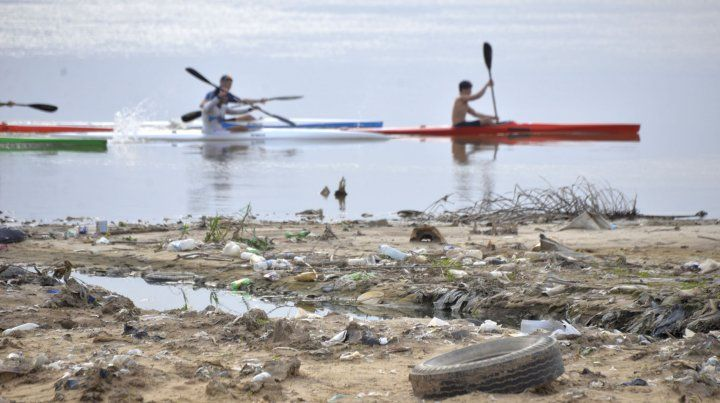 Cada vez que baja el río en el Thompson aparece la basura en el costa.
