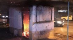 un hombre incendio un kiosco de revistas y se escondio en un baldio