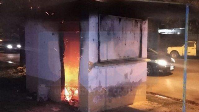 Un hombre incendió un kiosco de revistas y se escondió en un baldío