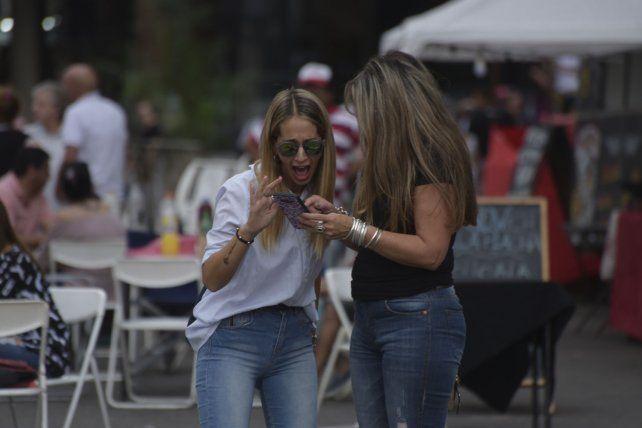 Las chicas siguieron las transmisiones de UNO en Instagram y Facebook.