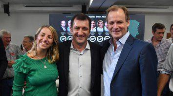 Sin estrés. Laura Stratta, Edgardo Kueider y Gustavo Bordet con la pantalla que informa el resultado.