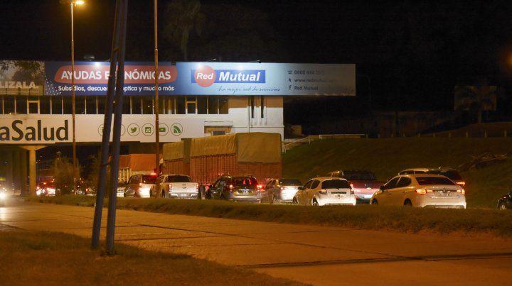 Largas filas de vehículos para cruzar el túnel subfluvial