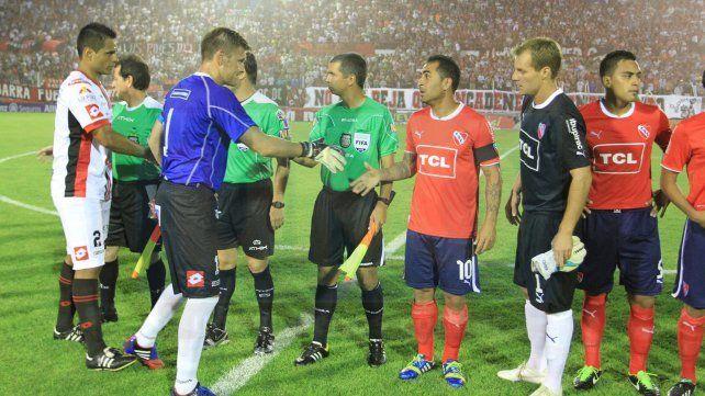 Con el Rojo. El capitán y su saludo con el Rolfi Montenegro. Otro referente y otra camiseta para la colección.   <br>