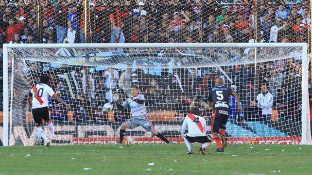 Eterno. Bértoli desvió el penal de Alejandro Domínguez. Esa acción atrapó la atención del mundo futbolero.