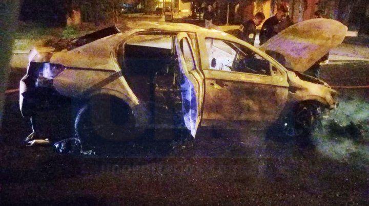 Robaron un auto, lo chocaron y luego se incendió