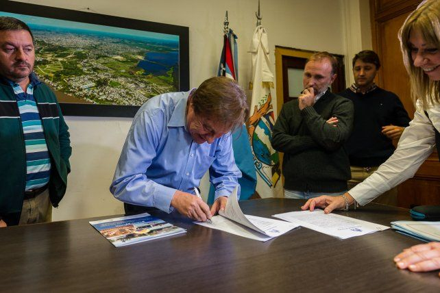 Varisco firmó el inicio de obra para el bacheo de 400 cuadras