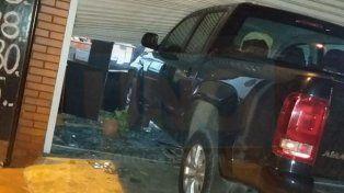 Chocó con la camioneta el negocio de su expareja y se encerró en el baño