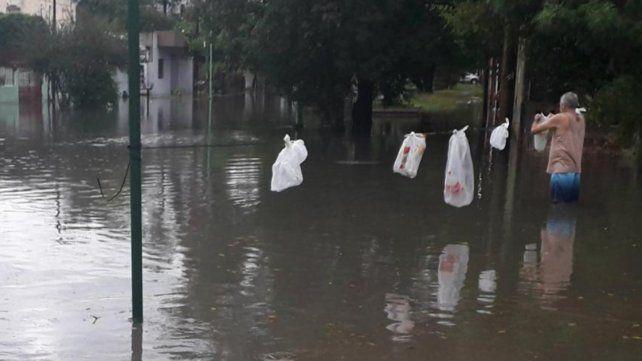 Hay casi 5.400 evacuados por las inundaciones en el norte de Argentina