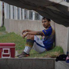 Un futbolista anunció su retiro tras agredir físicamente a su DT