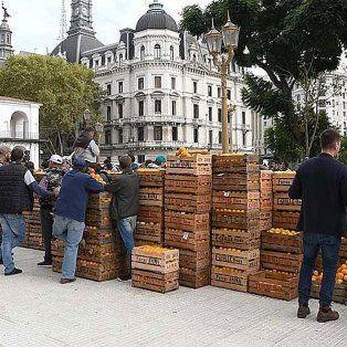 Productores realizan un Frutazo en Plaza de Mayo y regalan 30.000 kilos de cítricos, peras y manzanas
