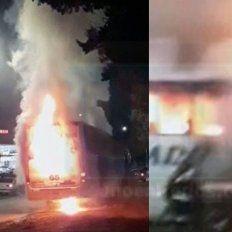 Un colectivo se prendió fuego en plena marcha en el acceso a Crespo