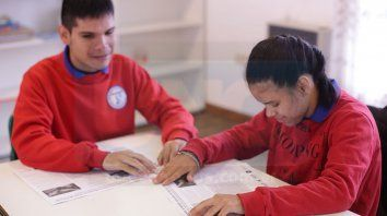 con tacto, el primer periodico en braille y tinta del mundo, cumple 10 anos junto a uno